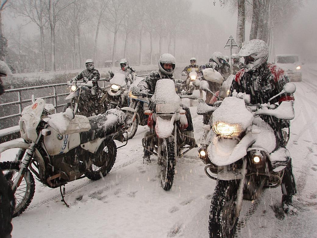 Photo of Късните мото турове в Алпите, гарнирани със снеговалеж през уикенда