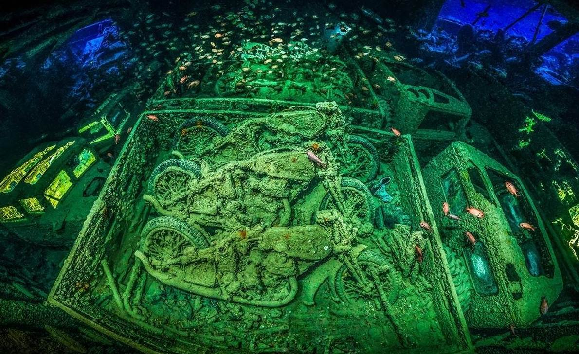 Снимка на подводен саркофаг с мотоциклети Norton 16H печели награда