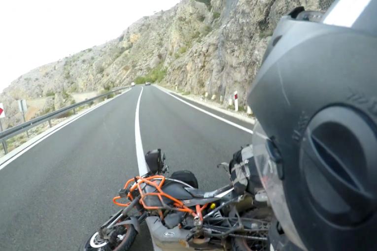 Защо вятърът борà и мотоциклетистите по Ядранската магистрала не са добра комбинация (видео)