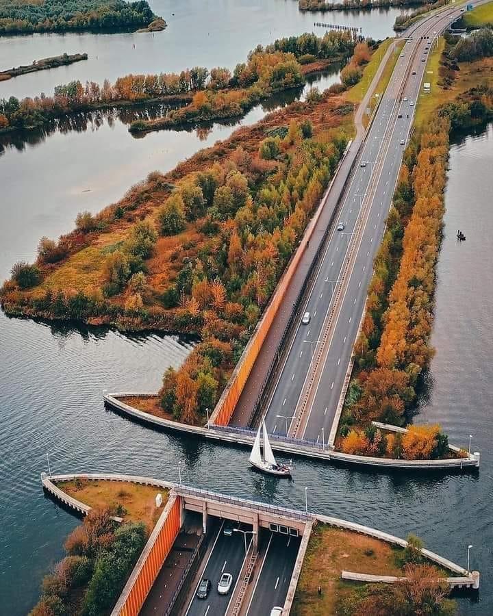 Водният мост над шосе N302 край най-големия изкуствен остров в света